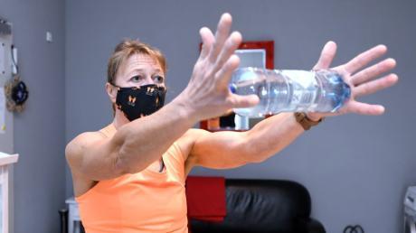 """Flaschen sind nicht nur zum Trinken da. Dies demonstriert Sabine Welscher, Übungsleiterin beim SC Altenmünster, in unserer neuen Folge """"Locker durch den Lockdown""""."""