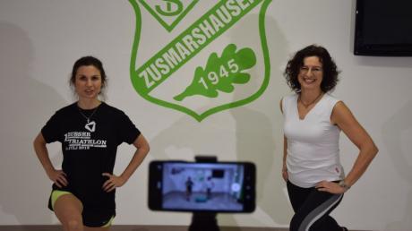 Natalie Stöckle und Sonja Spreng präsentieren künftig jeden Donnerstag auf der Homepage des TSV Zusmarshausen eine Fitnessstunde. Über Handy wird gefilmt und als Livestream übertragen.