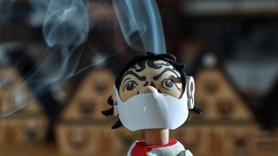 Wie werden wir uns an Corona erinnern? Museen sammeln Objekte wie dieses Räuchermännchen, das den Virologen Christian Drosten mit stilecht rauchendem Kopf darstellt.