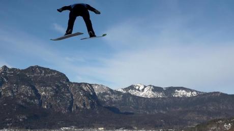 Karl Geiger in Aktion beim Probedurchgang auf der Großschanze in Garmisch-Partenkirchen.