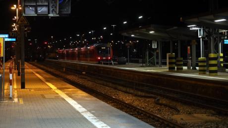 Weil er am Augsburger Hauptbahnhof einer Frau helfen wollte, hat sich ein Mann in Gefahr gebracht.