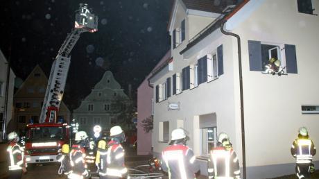 Ein ausgedehnter Zimmerbrand beschäftigte die Feuerwehr Weißenhorn am frühen Samstagabend.