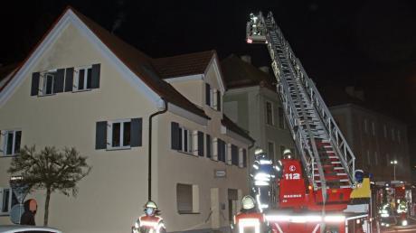 Ein ausgedehnter Zimmerbrand beschäftigte die Feuerwehr Weißenhorn am frühen Samstagabend: In einem Wohn- und Geschäftshaus an der Schulstraße war im ersten Stock Feuer ausgebrochen.