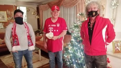Rafael Czempik, Bayern-Fanclub-Ehrenpräsident Rudi Tausend und Dietmar Hasler (von links) freuten sich sehr über die Spende.