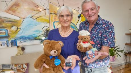 Monika und Werner Mayer, mit Friedenshäuschen und -Bären, in ihrer Wohnung. Durch die Aktion der Augsburger konnten bereits viele Spenden organisiert werden.