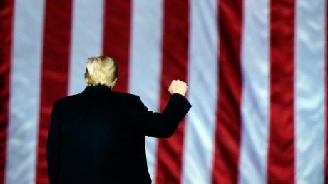 Donald Trump will sein Amt friedlich übergeben. Das sagt er, nachdem seine Anhänger das Kapitol gestürmt haben.