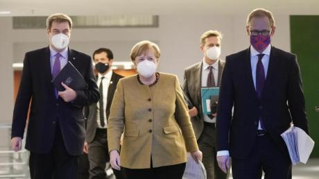 Bundeskanzlerin Angela Merkel, kommt neben Bayens Ministerpräsident Markus Söder und Berlins regierenden Bürgermeister Michael Müller zur Pressekonferenz nach den Beratungen von Bund und Ländern.