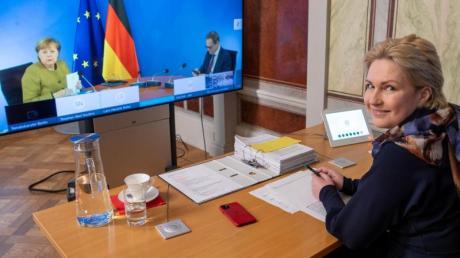 Mecklenburg-Vorpommerns Ministerpräsidentin Manuela Schwesig (rechts) nimmt an der Bund-Länder-Konferenz teil.