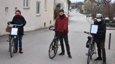 Grünen-Stadträtin Heike Uhrig, Filip Hiemer vom TSV Schwabmünchen und Schwabmünchens Stadtradeln-Initiator Franz Hiemer freuen sich über den Erfolg und hoffen auf baldige Verbesserungen des Radverkehrs, wie zum Beispiel auf der Jahnstraße.