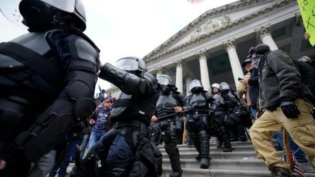 Polizei in Bereitschaftsausrüstung steht vor dem Kapitol in Washington.