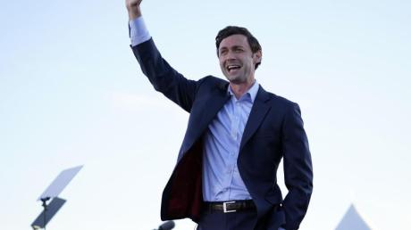 Medienberichten zufolge setzt sich der demokratische Kandidat Jon Ossoff gegen den bisherigen republikanischen Amtsinhaber David Perdue durch.