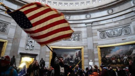 Anhänger von US-Präsident Donald Trump haben das US-Kapitolgebäude gestürmt, in dem Abgeordnete den Wahlausgang bestätigen sollten.