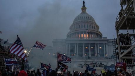 Sicherheitskräfte setzen Tränengas ein, konnten aber nicht verhindern, dass Eindringlinge am 6. Januar das Kapitol stürmten.