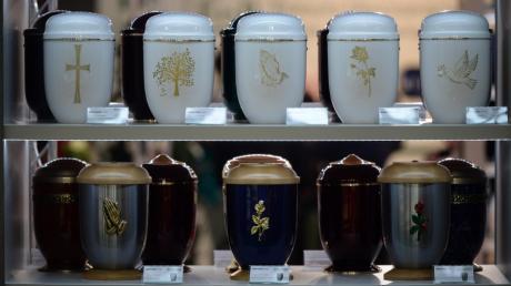 Die Familienmitglieder wussten Bescheid: Bei der Trauerfeier konnte die Urne mit der Asche ihres verstorbenen Angehörigen nicht beigesetzt werden. Sie war verschwunden.