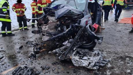 In Mittelstetten fuhr ein 66-Jähriger frontal gegen einen Baum. Auch die Freiwillige Feuerwehr Baindlkirch war vor Ort und half.