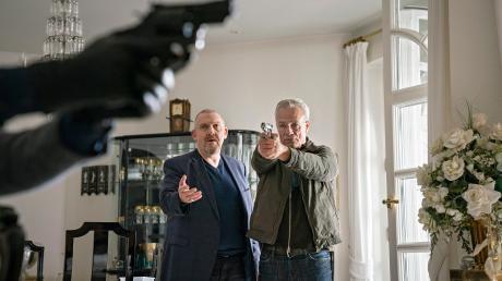 """Max Ballauf (Klaus J. Behrendt) und Freddy Schenk (Dietmar Bär) versuchen, einen Mord zu verhindern: Szene aus dem Köln-Tatort """"Der Tod der Anderen"""", der gestern im Ersten lief."""