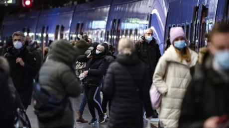 Menschen mit Mund-Nasen-Schutz - wie hier in einer Stockholmer U-Bahn-Station - sind jetzt in Schweden immer öfter zu sehen.
