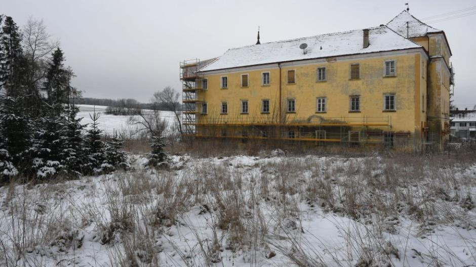 Auch in den verwilderten Schlossgarten soll im Zuge der Generalsanierung des Staudenschlosses in Mickhausen wieder neues Leben einkehren.