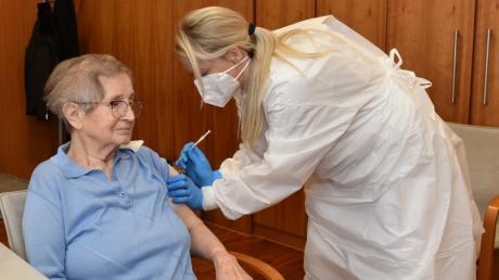 Als erste Pflegeheimbewohnerin im Alb-Donau-Kreis wurde die 83 Jahre alte Elfriede Müller im Seniorenzentrum Dietenheim geimpft.