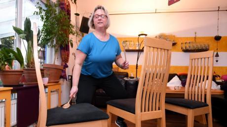 Mit Kochlöffeln auf Stühlen trommeln. Sabine Schuster zeigt, wie man die  Koordination schult und den Kreislauf anregt.