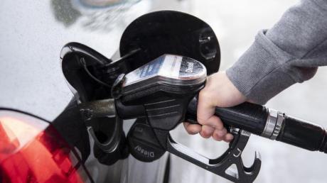 In Untermeitingen sollen Autofahrer künftig an einer unbemannten Tankstelle tanken können.