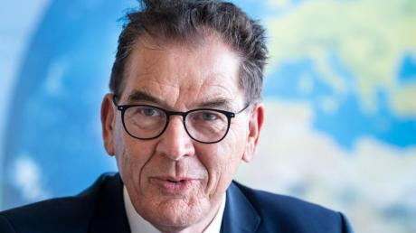 Bei der kommenden Bundestagswahl würde Sohn Marius seinen Vater Dr. Gerd Müller gerne als Abgeordneter beerben.