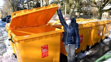 Die neuen Gelben Tonnen sind schon länger umstritten. Susanne Quappe hat sich an einer dieser 1100-Liter-Gefäße  beim Müllentsorgen verletzt.