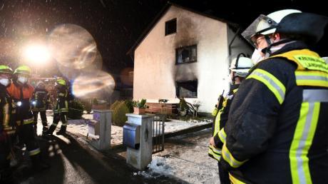 Komplett ausgebrannt sind nach einem Feuer in einem Haus in der Steppacher Straße im Diedorfer Ortsteil Lettenbach die beiden Wohnungen.
