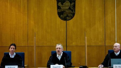 Der Vorsitzende Richter Thomas Sagebiel sitzt mit seinen beisitzenden Richtern an einem weiteren Verhandlungstag im Gerichtssaal des Oberlandesgerichts Frankfurt.