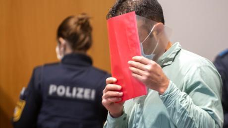 Nabi S. muss sich unter anderem wegen Mordes an seinem 15-jährigen Schwager vor dem Landgericht Augsburg verantworten.