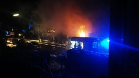 Am Mittwochabend ist in der Küche eines Mietshauses in der Steppacher Straße in Lettenbach ein Feuer ausgebrochen. Beide Wohnungen brannten komplett aus.