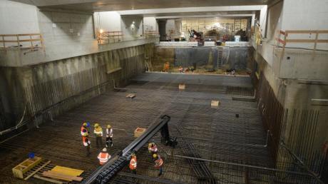 Die Arbeiten im Tunnelbauwerk am Hauptbahnhof schreiten voran. Das Bild zeigt den Tunnel West. Hinter der Wand sind es noch 20 Meter bis zum anderen Tunnel von Osten.