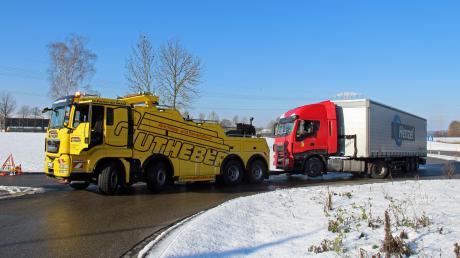 Ein liegengebliebener Lastwagen blockiert den Kreisverkehr an der Autobahnausfahrt Vöhringen.
