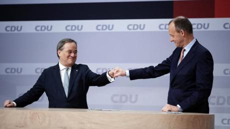 Der unterlegene Friedrich Merz (rechts) gratuliert Armin Laschet zur Wahl.