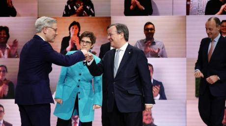 Norbert Röttgen beglückwünscht Armin Laschet zur gewonnenen Stichwahl. Dahinter die scheidende Vorsitzende Annegret Kramp-Karrenbauer, rechts Friedrich Merz.