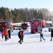 Die Feuerwehr Kissing, die DLRG und Passanten retteten ein Ehepaar, das in Kissing am Weitmannsee ins Eis eingebrochen war.
