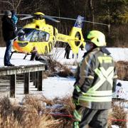 Der Rettungshubschrauber war im Einsatz, um ein Ehepaar, das ins Eis am Weitmannsee bei Kissing eingebrochen war, zu versorgen.