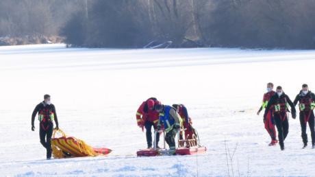 Rettungsschwimmer bargen zusammen mit der Feuerwehr Kissing das Ehepaar, das ins Eis am Kissinger Weitmannsee eingebrochen war.