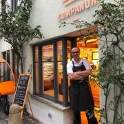 Bäcker André Heuck steht vor seiner Cumpanum-Filiale in der Augsburger Altstadt. Weitere sollen bald dazu kommen.
