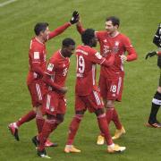 Bayerns Robert Lewandowski (l) jubelt über das Tor zum 1:0 mit seinen Teamkollegen.