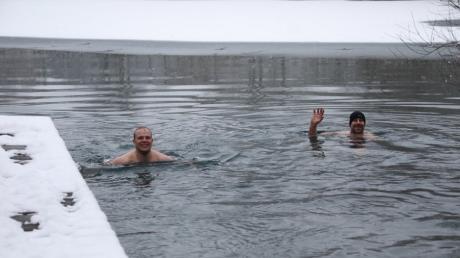 Andreas Kranzfelder links und Christian Röder haben sich von der Lufttemperatur von minus zwei Grad am Sonntag nicht abschrecken lassen und in einem Weiher in Westendorf ein Bad genommen.