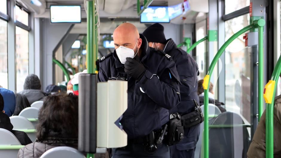 Enzo Presti (vorne) und Eris Göksel vom städtischen Ordnungsdienst kontrollieren, ob Fahrgäste im ÖPNV FFP2-Masken tragen. Diese Woche wird nur informiert, danach drohen Bußgelder.