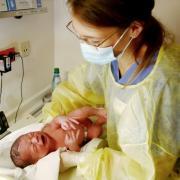 Die werdenden Mütter dürfen die Maske nur in der aktiven Phase der Geburt abnehmen, Väter nicht im Krankenhaus übernachten. Diese Corona-Regeln gelten auch in Augsburg.