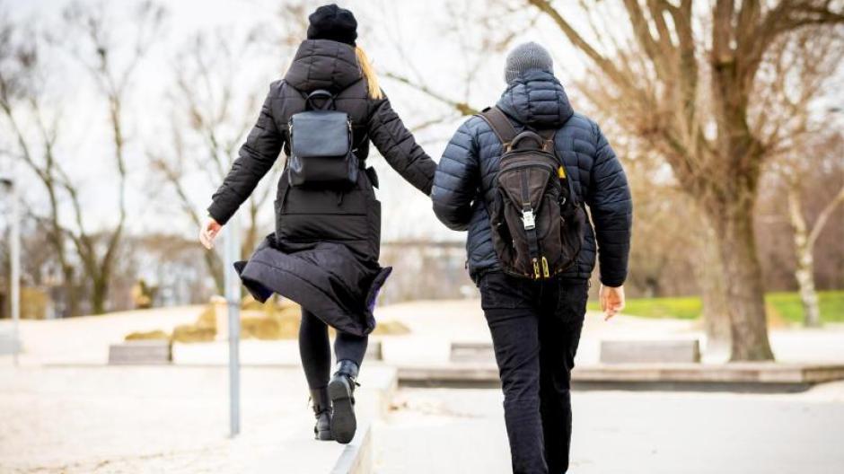 Spazierengehen ist ein natürlicher Stimmungsaufheller - auch an trüben Tagen.