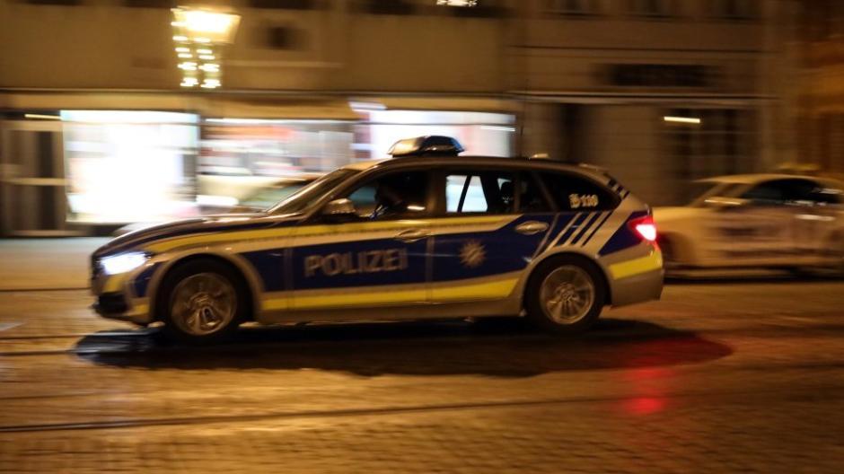 Die Polizei kontrolliert während des regulären Dienstes, ob sich die Augsburger an die nächtliche Ausgangssperre halten.