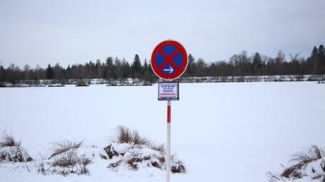 Auf dem Kissinger Weitmannsee sind zwei Personen durch das Eis gebrochen. Zwei Tage später traut sich niemand mehr auf das Eis. Es sind zusätzliche Verbotsschilder angebracht.