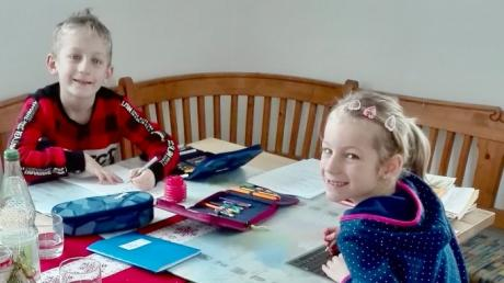 Die Geschwister Helene und Lorenz lernen fleißig. Dafür haben sie derzeit meistens die Schulbank gegen den Küchentisch eingetauscht.