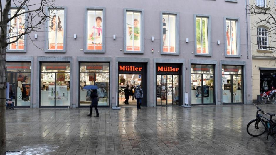 Der Drogeriemarkt Müller in der Augsburger Annastraße hat weiterhin mit seinem kompletten Sortiment geöffnet.