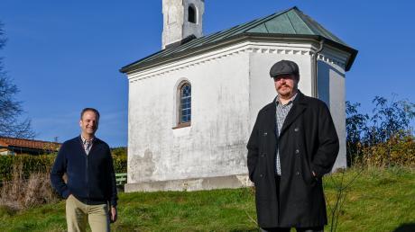 Martin Heller (links) hofft, dass die Lourdeskapelle in Pestenacker erhalten bleibt. Er forscht gemeinsam mit Jörn Fahrbach (rechts) zur Geschichte des Weiler Ortsteils.