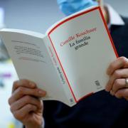 """Das Buch """"La familia grande"""" von Camille Kouchner hat eine Debatte ausgelöst, die Frankreich in diesen Tagen überaus bewegt."""